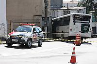 SAO PAULO, SP, 27/05/2012, ACIDENTE IPIRANGA. Ao fazer a curva e entrar na Rua Jose Clementi, o motorista de um onibus se deparou com um casal e uma crianca atravessando a rua. mesmo apos tentar desviar, os tres foram atropelados e o coletivo ainda colidiu contra uma residencia. Ao todo cinco pessoas ficaram feridas.  Luiz Guarnieri/ Brazil Photo Press