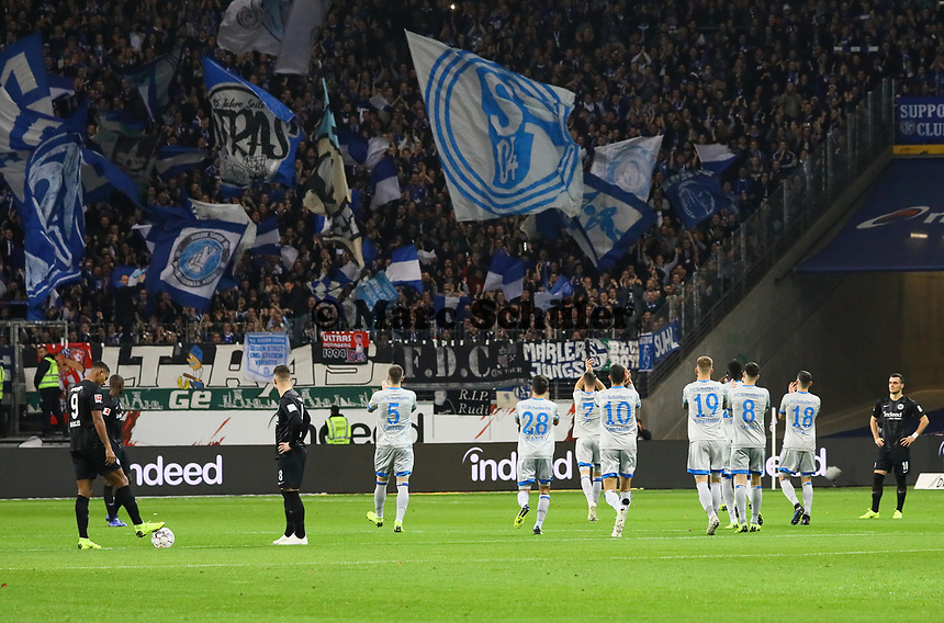 Schalker Spieler lösen Unmut aus indem sie vor dem Anstoss nochmal zu den eigenen Fans gehen - 11.11.2018: Eintracht Frankfurt vs. FC Schalke 04, Commerzbank Arena, DISCLAIMER: DFL regulations prohibit any use of photographs as image sequences and/or quasi-video.
