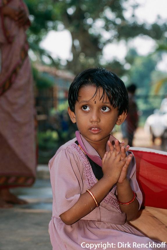Indien, Orissa,  Hirapur bei Bhubaneswar, betendendes Kind im Shiva Tempel