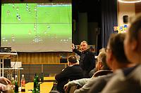 DFB-Schiedsrichter-Lehrwart Lutz Wagner demonstriert die Arbeitsweise beim Videobeweis im Keller in Köln bei seinem Vortrag im Volkshaus Büttelborn - Büttelborn 11.02.2019: Vortrag von Schiedsrichterlehrwart Lutz Wagner bei der SKV Büttelborn