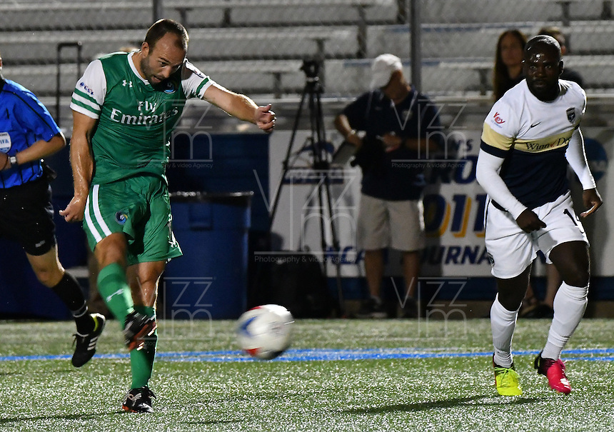 HEMPSTEAD - USA. 13-07-2016: Adam Moffat jugador del New York Cosmos dispara para anotar el tercer gol de su equipo a Jacksonville Armada FC durante partido por la temporada de otoño 2016 de la North American Soccer League (NASL) jugado en el estadio James M. Shuart Stadium de la ciudad de Hempstead, NY./ Adam Moffat player of New York Cosmos shoots the ball to score the third goal of huis team to Jacksonville Armada FC during match for the fall season 2016 of the  North American Soccer League (NASL) played at James M. Shuart Stadium in Hempstead, NY. Photo: VizzorImage/ Gabriel Aponte / Staff