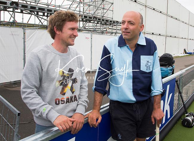 DEN HAAG - Rogier van 't Hek (r) met Laurence Docherty. Tijdens het WK hockey speelt het team dat in 1998 in Utrecht wereldkampioen werd,  tegen het oude nationale team van Spanje. Veel oud internationals zijn van de partij. COPYRIGHT KOEN SUYK
