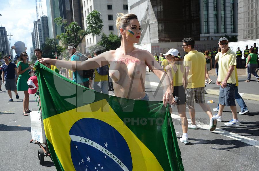 SÃO PAULO, SP, 13.12.2015 - FORA-DILMA- A Socialite Ju Isen, também conhecida como musa da manifestação é detida na avenida Paulista durante a manifestação após ficar com os seios amostra, neste domingo, 13 em São Paulo. (Foto: Eduardo Martins/Brazil Photo Press)