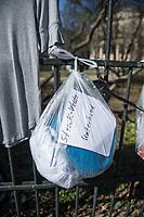 """Corona-Krise, Hilfe fuer Obdachlose.<br /> Menschen in Berlin haben fuer Obdachlose """"Spenden- und Gabenzaeune"""" eingerichtet. Dort haengen sie Bekleidung und haltbare Lebensmittel auf, die sich Obdachlose mitnehmen koennen.<br /> Im Bild: Bekleidung am Spendenzaun an der Evangelische Kirchengemeinde am Weinberg in Berlin-Mitte.<br /> 24.3.2020, Berlin<br /> Copyright: Christian-Ditsch.de<br /> [NUR FUER REDAKTIONELLE ZWECKE! Werbung nur auf Anfrage beim Fotografen. Inhaltsveraendernde Manipulation des Fotos nur nach ausdruecklicher Genehmigung des Fotografen. Vereinbarungen ueber Abtretung von Persoenlichkeitsrechten/Model Release der abgebildeten Person/Personen liegen nicht vor. NO MODEL RELEASE! Don't publish without copyright Christian-Ditsch.de, Veroeffentlichung nur mit Fotografennennung, sowie gegen Honorar, MwSt. und Beleg. Konto: I N G - D i B a, IBAN DE58500105175400192269, BIC INGDDEFFXXX, Kontakt: post@christian-ditsch.de<br /> Bei der Bearbeitung der Dateiinformationen darf die Urheberkennzeichnung in den EXIF- und  IPTC-Daten nicht entfernt werden, diese sind in digitalen Medien nach §95c UrhG rechtlich geschuetzt. Der Urhebervermerk wird gemaess §13 UrhG verlangt.]"""