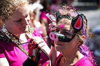 Berlin, Zwei Teilnehmerin schminken sich am Sonntag (19.05.13) in Berlin vor dem traditionellen Strassenumzuges des Karnevals der Kulturen. Der Umzug bildet den Hoehepunkt eines viertaegigen Strassenfestes. Foto: Maja Hitij/CommonLens