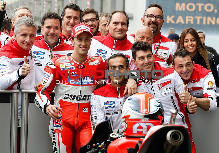 Monster Energy Grand Prix de France in Le Mans 15.-17.05.2015, Free Practice, Qualifying, Box.<br /> <br /> Das Team von 4 Andrea Dovizioso / Italien  nach dem Qualifying<br /> <br /> Foto &copy; nordphoto / FSA