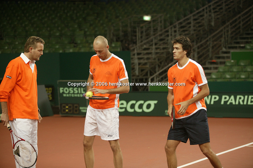 7-2-06, Netherlands, Amsterdam, Daviscup, first round, Netherlands-Russia, training , coach Tjerk Bogtstra(l) with Peter Wessels and John van Lottum(r)