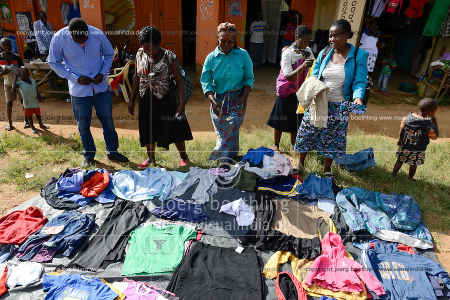KENYA, Kisumu County, Kaimosi, street vendor sell second hand clothes from Europe / KENIA, Verkauf von Alttextilien aus Europa