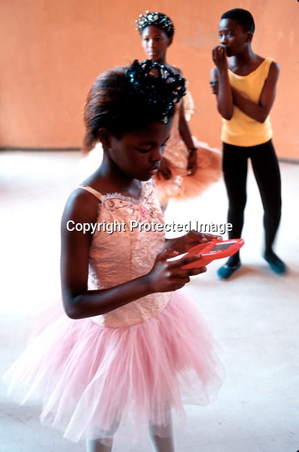 Lebu, one of the dancers in the Dance For All Programme operating in Khayelistsha and Guguletu outside Capetown, South Africa. She's playing a game before a performance..Photo: Per-Anders Pettersson (ppettersso@aol.com).