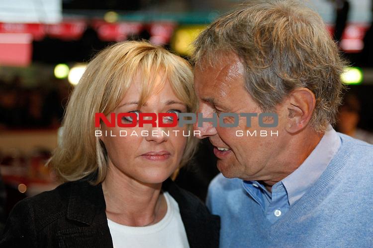 Bremer Sixday - Sechs - Tage - Rennen - AWD DOME<br /> <br /> 10.01.2008 - 15.01.2008 Tag 1<br /> <br /> TV-Moderator J&ouml;rg Wontorra (57) und seine neue Begleitung - Heike aus Nordhorn - lernten sich auch einen Ball in Nordhorn kennen<br /> <br /> Foto &copy; nph ( nordphoto )