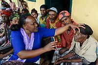 ETHIOPIA Taza Catholic Health Center , Kambata village, Sr. Meskel examines eye sickness / AETHIOPIEN Taza Catholic Health Center, Sr. Meskel Kelta besucht das Kambata Dorf Sululu
