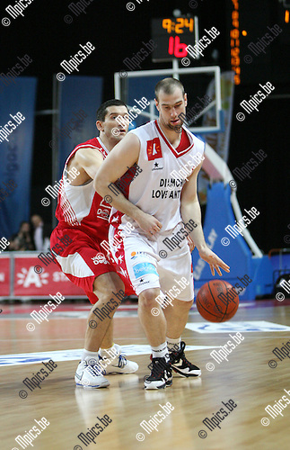 2010-04-17 / Seizoen 2009-2010 / Basketball / Antwerp Giants - Base BC Oostende / Christophe Beghin van de Giants gaat voorbij Dragisa Drobnjak van Oostende..Foto: mpics