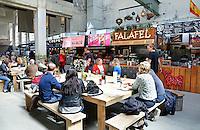 Nederland Zaandam 2016 04 17.  Yada Yada markt . De Yada Yada markt is gevestigd in een van de hallen op het Hembrugterrein.Geen plastic tasjes of bestek, maar echt servies en biologisch afbreekbare bekers.  De indoor markt opent 1 april en is een smeltkroes van culturen, geuren, smaken en producten vanuit alle windstreken. YADA YADA wil de eerste foodmarkt van Nederland worden waar uitsluitend duurzame producten worden gebruikt. YADA YADA is een concept uit Zuid-Afrika. De eigenaren hebben besloten van de YADA YADA Market de eerste zero-waste markt van Nederland te maken. ( Met behulp van Photoshop is een jas verwijderd, die op de grond lag. )   Foto Berlinda van Dam / Hollandse Hoogte
