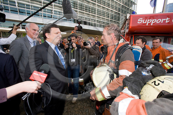BRUSSELS - BELGIUM - 18 MAY 2009 -- Jose (José) Manuel BARROSO, President of the European Commission, speaking with fire fighters after the EC HQ had been on fire. Photo: Erik Luntang/EUP-IMAGES