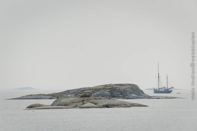 Segelskuta i dis vid Kallskär i Stockholms ytterskärgård Roslagen.