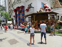 ATENÇÃO EDITOR: FOTO EMBARGADA PARA VEÍCULOS INTERNACIONAIS. - SÃO PAULO - SP - 25 DE DEZEMBRO 2012. AV PAULISTA, tranquila nesta tarde de Natal, algumas pessoas registrando o momento. Ás 18:00hs terá o inicio da última apresentação. FOTO: MAURICIO CAMARGO / BRAZIL PHOTO PRESS.