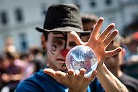 Berlin, Ein Teilnehmer des traditionellen Strassenumzugs des Karnevals der Kulturen am Sonntag (19.05.13) in Berlin. Der Umzug bildet den Hoehepunkt eines viertaegigen Strassenfestes. Foto: Maja Hitij/CommonLens