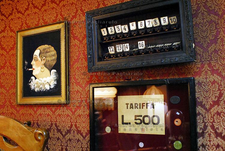 Milano, via Panzeri 10.<br /> Mostra esposizione di arredi delle case di tolleranza in occasione dell' anniversario della Legge Merlin.<br /> Milan, via Panzeri 10.<br /> Exhibition of furnishings of brothel.