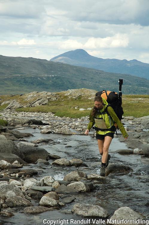 Jente krysser bekk på Saltfjellet ---- Girl crossing stream