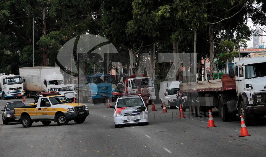 SAO PAULO, SP, 09 FEVEREIRO 2012 - COLISAO CAMINHAO - Duas carretas colidirao na manha dessa quinta-feira, 09 no viaduto Jacu-Pessego sentido Airton Senna não deixou feridos na regiao leste da capital paulista. FOTO: VANESSA CARVALHO - NEWS FREE.