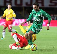 BOGOTA -COLOMBIA, 6-07-2013. Emanuel Molina (Izq) de Santa Fe disputa el balón con Alvaro Domínguez (Der) del Deportivo Cali  durante partido de los cuadrangulares finales, fecha 6, de la Liga Postobón 2013-1 jugado en el estadio Nemesio Camacho El Campín de la ciudad de Bogotá./ Emanuel Molina  (Left) Santa Fe fights for the ball with Alvaro Domínguez  (Right) of the match Deportivo Cali during the final runs, date 6 of the 2013-F1 Postobón League played at the stadium Nemesio Camacho El Campin in Bogota.<br /> . Photo: VizzorImage/ Felipe Caicedo/ STAFF