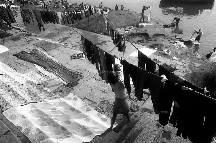 12.2010 Varanasi (Uttar Pradesh)<br /> <br /> Men washing and drying laundry in the ghat.<br /> <br /> Hommes en train de laver et de sécher lessives sur le ghat.