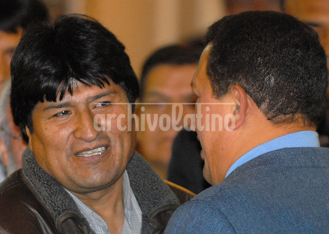 El presidente de Bolivia Evo Morales,conversa con el presidente de Venezuela, Hugo Chavez, durante un encuentro en el Palacio del Quemado en La Paz. Chavez visito a Morales para conversar sobre la nacionalizacion del petroleo y el gas decretada en el pais andino. *Bolivian President Evo Morales, right, shake hands with Venezuelan president Hugo chavez during a meeting in Quemado Presidential Palace in La Paz. Chavez visited Morales to speak about the oil and gas nationalization decreed in Bolivia May 1st.