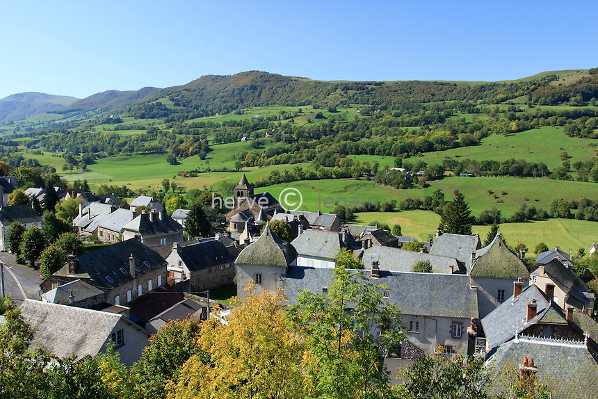 France, Cantal (15), Monts du Cantal, Cheylade, vue sur le village surplombant la vallée de la petite Rhue // France, Cantal, Monts du Cantal, Cheylade, the village in the valley of the Petite Rhue