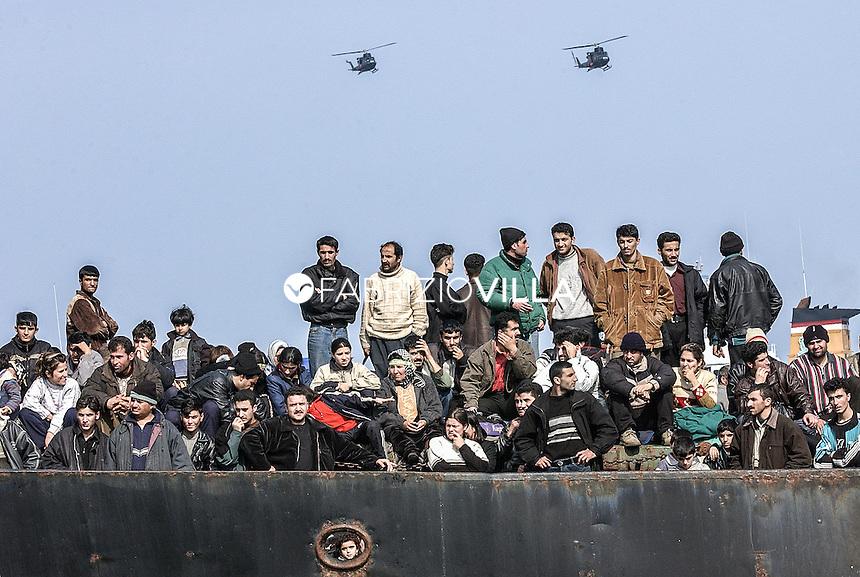 Catania 17 marzo 2002. Sbarco migranti a Catania.
