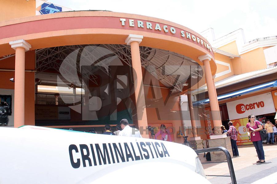 BRASÍLIA, DF 01 DE MARÇO 2013 -  JOVEM DE 25 É ASSINADA PELO EX MARIDO DENTRO DE SHOPPNG EM BRASÍLIA. Jovem de 25 anos é assasinada pelo ex marido dentro da loja onde trabalhava no Terraço Shopping no bairro Cruzeiro setor Sudoeste em Brasília, DF nesta tarde de sexta feira (01).FOTO RONALDO BRANDÃO/BRAZIL PHOTO PRESS