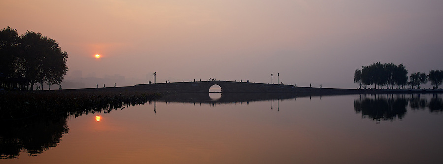 Early Morning On The North Shore Of West Lake, Hangzhou.  The Broken Bridge And Bai Causeway From The North Shore.