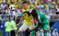 SAMARA - RUSIA, 28-06-2018: Cheikhou KOUYATE (Der) jugador de Senegal disputa el balón con Mateus URIBE (Izq) jugador de Colombia durante partido de la primera fase, Grupo H, por la Copa Mundial de la FIFA Rusia 2018 jugado en el estadio Samara Arena en Samara, Rusia. /  Cheikhou KOUYATE (R) player of Senegal fights the ball with Mateus URIBE (L) player of Colombia during match of the first phase, Group H, for the FIFA World Cup Russia 2018 played at Samara Arena stadium in Samara, Russia. Photo: VizzorImage / Julian Medina / Cont