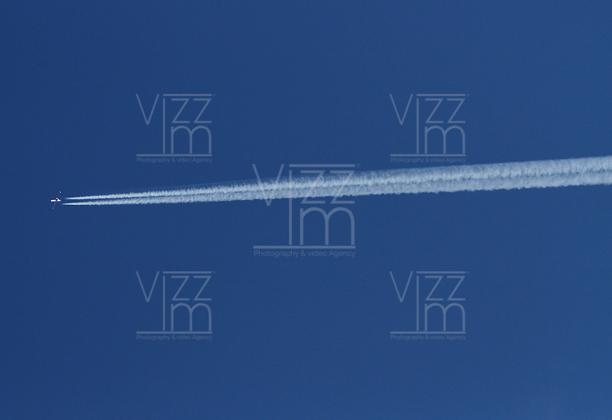 BOGOTA -COLOMBIA-2-ENERO- 2015 . Un avion comercial pasa a mucha altura  por el  azul y despejado  cielo de la capital  . / A commercial plane passes much height clear blue sky of the capital . Photo: VizzorImage/ Felipe Caicedo / Staff