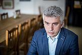 Interview mit Ernő Simon, Sprecher des UN-Fluechtlingshochkommissariats in Ungarn. Simon lehnt die von der Regierung Orbán verabschiedete Gesetzesaenderung fuer die strengere Regelung im Umgang mit Fluechtlingen ab. Demnach werden Fluechtlinge, die einen Asylantrag stellen, in Transitzonen an der Grenze zu Serbien umgesiedelt. Simon plaediert fuer offene Aufnahmezentren für alle Fluechtlinge in Ungarn, insbesondere für Kinder und Jugendliche.