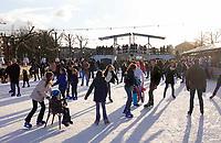 Nederland - Amsterdam -  Februari 2019. IJsbaan op het Museumplein. Op de achtergrond een replica van de Magere Brug. Foto Berlinda van Dam / Hollandse Hoogte