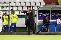 MANIZALES -COLOMBIA, 03-10-2013. Santiago Escobar técnico de Once Caldas da ionstrucciones durante partido con Atlético Huila  válido por la fecha 13 de la Liga Postobón II 2013 jugado en el estadio Palogrande de la ciudad de Manizales./ Once Caldas coach Santiago Escobar gives directions during match against Atletico Huila valid for the 13th date of the Postobon  League II 2013 at Palogrande stadium in Manizales city. Photo: VizzorImage/Yonboni/STR