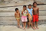 Ind&iacute;genas guna / ni&ntilde;os ind&iacute;genas con perros en Corbiski, comarca de Guna Yala / Panam&aacute;.<br /> <br /> Guna Indians / kids and dogs in Corbiski, Guna Yala region / Panama.