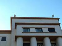 RIO DE JANEIRO, RJ, 31 DE JULHO 2012 - ESTATUAS NO ALTO DOS PRÉDIOS NO CENTRO DA CIDADE DO RIO DE JANEIRO.<br /> Nesta terça feira (31) várias estatuas no alto de predios divulgam a exposiçao Corpos Presentes, do artista plastico Britanico Antony Gormley para a sua expo no Centro Cultural Banco do Brasil (CCBB) situada na Rua Primeiro de Março no centro da cidade.<br /> <br /> FOTO RONALDO BRANDAO/BRAZIL PHOTO PRESS