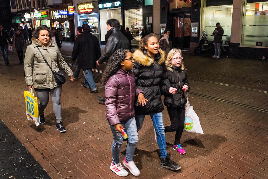 Nederland, Amsterdam, 31 jan 2015<br /> Winkelend publiek in het centrum van de stad, Leidsestraat<br /> <br /> Foto: (c) Michiel Wijnbergh