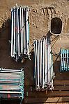Op een bouwplaats van een nieuwbouwproject liggen steigerpalen verzameld en gerangschikt op lengte te wachten op verwerking. COPYRIGHT TON BORSBOOM
