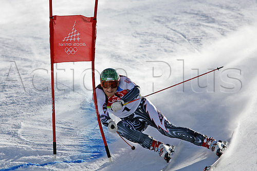 20 February 2006: Finnish skier Kalle Palander (FIN) rounds a gate during his first run in the Men's Giant Slalom at the Sestriere sub-area Colle during the 2006 Turin Winter Olympics. Photo: Neil Tingle/actionplus..060220 torino male man men ski skiing snow