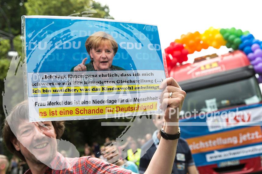Hunderttausende Menschen haben in Berlin die Parade zum 37. Christopher Street Day unter dem Motto 'Wir sind alle anders. Wir sind alle gleich' gefeiert und damit ihre Unterstützung für Schwule, Lesben, Transsexuelle und Transgender, Inter- und Bisexuelle zum Ausdruck gebracht. Berlin, 27.06.2015