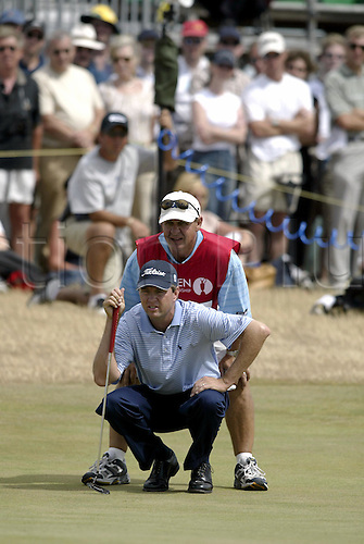 July 20, 2003: DAVIS LOVE III (USA) and his caddie line up a putt on the 2nd green, Royal St George's Golf Club Photo: Neil Tingle/Action Plus...British 2003 golf golfer golfers 030720.greens putts putt putting.caddies caddy