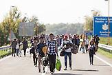 Kroatische Sicherheitskräfte haben die Brücke mit einem Bagger und einigen Einsatzwagen blockiert. Da die Flüchtlinge nicht nach Serbien zurückkehren wollen, harren sie bei 37 Grad in der Mittagssonne aus.