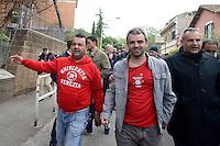 Roma 27 Aprile 2013.Questa mattina, agenti della polizia sono  andati a casa di Lander Fernandez ,al quartiere Garbatella, attivista del movimento giovanile basco, rifugiato in italia e agli arresti domiciliari  da più di un anno per  la richiesta di estradizione da parte della Spagna che lo accusa di aver commesso un reato di danneggiamento di un autobus durante una manifestazione a Bilbao nel febbraio 2002. La polizia lo ha portato in Questura per notificargli l'estradizione. Lander viene portato in Questura dalle forze dell'ordine.