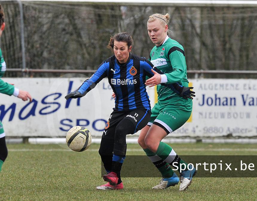 Club Brugge Dames - OHL Oud Heverlee Leuven : Evy De Smedt aan de bal voor Ella Van Kerkhoven.foto DAVID CATRY / Vrouwenteam.be