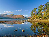 Great Britain, England, Cumbria (Lake District), near Keswick: View across Lake to Catbells Ridge in autumn | Grossbritannien, England, Cumbria (Lake District), bei Keswick: Herbst am See Derwentwater mit Blick auf die Catbells Ridge