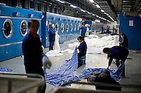 Hangzhou, Cina. produzione di tessuti di seta in una fabbrica di Hangzhou<br /> Silk drapes production in a silk factory in Hangzhou