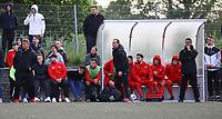 Trainer Driton Kameraj (SKV Büttelborn, l.) an der Bank - Büttelborn 15.05.2019: SKV Büttelborn vs. Kickers Offenbach, A-Junioren, Hessenpokal Halbfinale