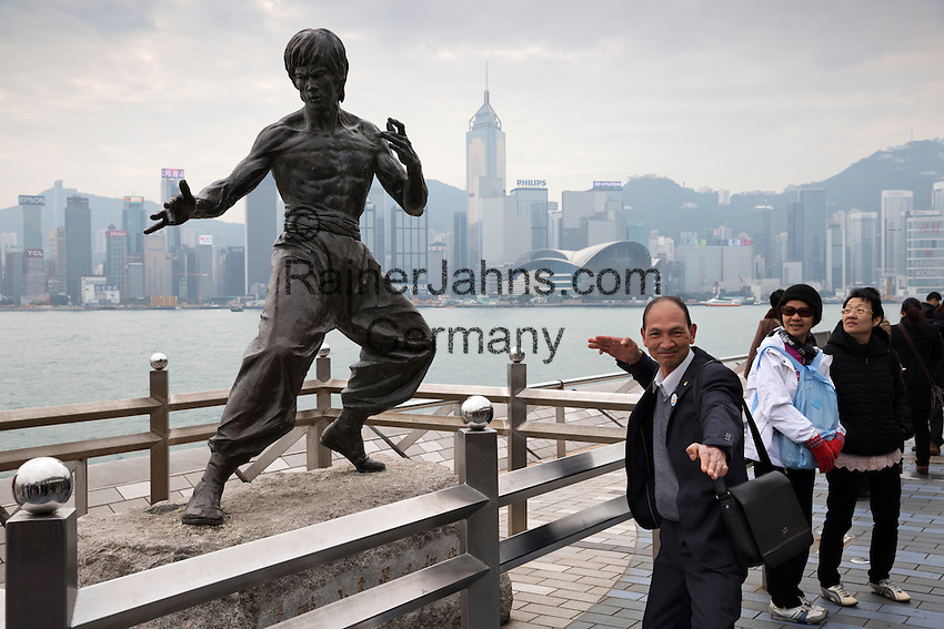 People's Republic of China, Hong Kong: Tourist posing next to Bruce Lee statue along Avenue of Stars, Kowloon peninsula | Volksrepublik China, Hongkong: Tourist neben der Bruce Lee Statue in der Avenue of Stars auf der Kowloon Halbinsel